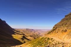 Greenery w Sani przechodzi pod niebieskim niebem blisko królestwa Lesotho Sou fotografia royalty free
