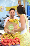 Greengrocer που πωλεί τα οργανικά φρούτα και λαχανικά. Στοκ εικόνα με δικαίωμα ελεύθερης χρήσης