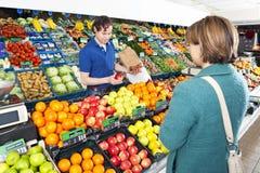 Greengrocer que sere um cliente imagens de stock royalty free