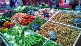 Greengrocery met plank met verse groenten en vruchten Stock Afbeeldingen