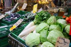 Greengroceryen eller grönsaker och frukter shoppar till salu på Higashimu Arkivbild