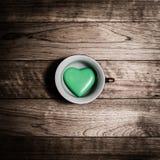 Greenheart en céramique dans la tasse de café Photos libres de droits