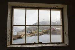 Greenland miasto widmo widzieć przez łamanych nadokiennych tafli Obrazy Stock