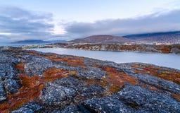 Greenlandic πορτοκαλί tundra φθινοπώρου τοπίο με τη λίμνη και τα βουνά στο υπόβαθρο, Νουούκ στοκ εικόνα με δικαίωμα ελεύθερης χρήσης
