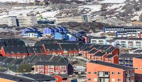 Greenlandic ζωηρόχρωμα σπίτια που στέκονται στους δύσκολους λόφους, Νουούκ CI στοκ φωτογραφία με δικαίωμα ελεύθερης χρήσης