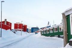 Greenlandic οδός που καλύπτεται στο χιόνι με τα ζωηρόχρωμα κτήρια, κέντρο πόλεων του Νουούκ, Γροιλανδία στοκ εικόνα με δικαίωμα ελεύθερης χρήσης