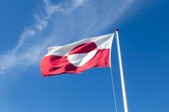 Greenlandic σημαία στο κοντάρι σημαίας στοκ φωτογραφίες