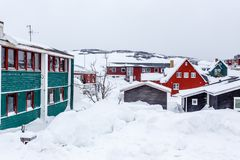 Greenlandic σπίτια Inuit μεταξύ καλυμμένος στο χιόνι ένα προάστιο του arct στοκ εικόνα με δικαίωμα ελεύθερης χρήσης