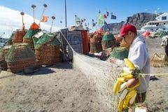 Greenlandic Fischer, der Netze vorbereitet lizenzfreies stockfoto