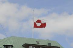 GREENLANDS-FLAGGE AN DER HÄLFTE Lizenzfreie Stockbilder