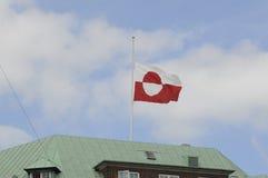 GREENLANDS-FLAGGE AN DER HÄLFTE Lizenzfreie Stockfotografie