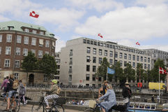 GREENLANDS-FLAGGE AN DER HÄLFTE Lizenzfreie Stockfotos