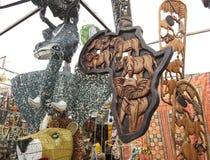 Greenmarketvierkant met met de hand gemaakte Afrikaanse curiosa royalty-vrije stock foto's