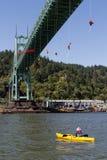 Greenpeace-Aktivisten, die über St- Johnsbrücke mit Kayaktiv baumeln lizenzfreies stockfoto