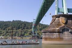 Greenpeace-Aktivisten, die über St- Johnsbrücke mit Spectato baumeln Lizenzfreie Stockfotografie