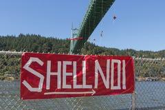 Greenpeace-Aktivisten, die über St- Johnsbrücke mit Zeichen baumeln Lizenzfreie Stockfotos
