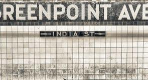 Greenpoint-Alleen-U-Bahnstations-Zeichen, New York Stockfoto