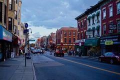 Greenpoint Brooklyn, NY - 08/3/2018: stadsgata royaltyfri fotografi