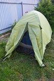 Greent旅游帐篷在露营地的庭院里 家庭时间假日 免版税库存图片