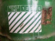 Greentank et signes réutilisés image stock