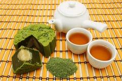 Greentea Mooncake con la taza de té y la tetera Foto de archivo