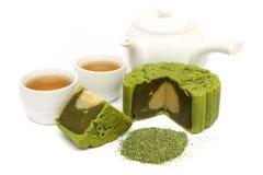 Greentea Mooncake mit Teacup und Teekanne lizenzfreie stockfotos