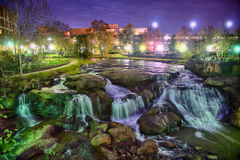 Greenville Carolina del Sud vicino cade passeggiata del fiume del parco a nigth Immagini Stock Libere da Diritti