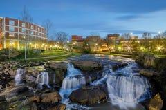 Greenville Carolina Reedy River Waterfalls del sud alla notte Fotografie Stock Libere da Diritti