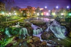 Greenville South Carolina nära nedgångar parkerar floden går på nigth Royaltyfria Bilder