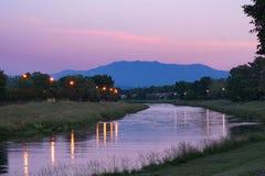 Greenwayen släpar den västra klon av Littlet Pigeon River på skymning royaltyfri fotografi