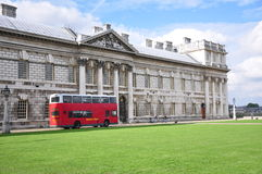 Greenwich Anglia, Październik, - 2013: pokładu autobus i Historyczny budynek Zdjęcia Stock