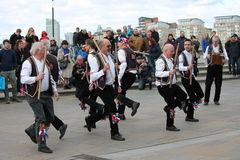GREENWICH, LONDON, GROSSBRITANNIEN - 13. MÄRZ: Manntänzer Blackheath Morris demonstrieren altes englisches Volkstanzen zur Öffent Lizenzfreie Stockfotos