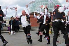 GREENWICH LONDON, UK - MARSCHERA 13TH: Blackheath Morris mandansare visar gammal engelsk folkdans till allmänheten på påsksolen Arkivbilder