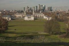 Greenwich-Park - moderne Gebäude und grüne Wiesen stockfotografie