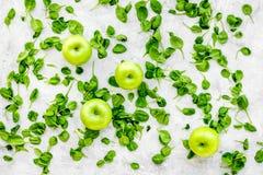 Greeny koktajli/lów składniki Sprawności fizycznej smoothie Apple, celeriac na kamiennej tło odgórnego widoku przestrzeni dla tek Zdjęcia Stock