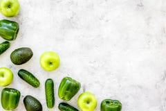 Greeny koktajli/lów składniki Sprawności fizycznej smoothie Ogórek, pieprz, jabłko, avocado na kamiennej tło odgórnego widoku prz Obrazy Stock