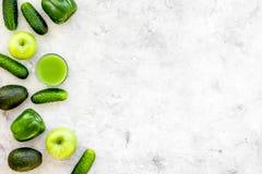 Greeny koktajli/lów składniki Sprawności fizycznej smoothie Ogórek, pieprz, jabłko, avocado na kamiennej tło odgórnego widoku prz Zdjęcie Stock