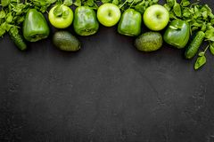 Greeny koktajli/lów składniki Sprawności fizycznej smoothie Ogórek, pieprz, jabłko, celeriac na czarnej tło odgórnego widoku prze Obrazy Royalty Free