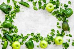 Greeny koktajli/lów składniki Sprawności fizycznej smoothie Ogórek, pieprz, jabłko, celeriac na kamiennej tło odgórnego widoku pr Obrazy Stock
