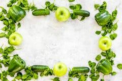 Greeny koktajli/lów składniki Sprawności fizycznej smoothie Ogórek, pieprz, jabłko, celeriac na kamiennej tło odgórnego widoku pr Zdjęcie Stock