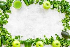 Greeny koktajli/lów składniki Sprawności fizycznej smoothie Ogórek, pieprz, jabłko, celeriac na kamiennej tło odgórnego widoku pr Zdjęcia Stock