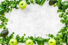 Greeny koktajli/lów składniki Sprawności fizycznej smoothie Ogórek, pieprz, jabłko, celeriac na kamiennej tło odgórnego widoku pr Fotografia Stock