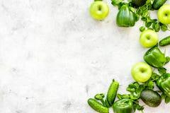 Greeny koktajli/lów składniki Sprawności fizycznej smoothie Ogórek, pieprz, jabłko, celeriac na kamiennej tło odgórnego widoku pr Obraz Stock