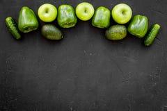 Greeny koktajli/lów składniki Sprawności fizycznej smoothie Ogórek, pieprz, jabłko na czarnej tło odgórnego widoku przestrzeni dl Fotografia Royalty Free
