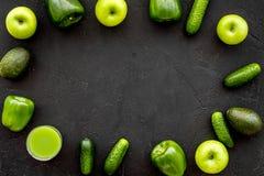 Greeny koktajli/lów składniki Sprawności fizycznej smoothie Ogórek, pieprz, jabłko na czarnej tło odgórnego widoku przestrzeni dl Fotografia Stock