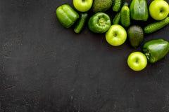 Greeny koktajli/lów składniki Sprawności fizycznej smoothie Ogórek, pieprz, jabłko na czarnej tło odgórnego widoku przestrzeni dl Obrazy Stock
