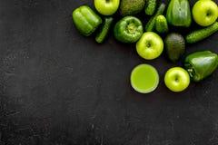 Greeny koktajli/lów składniki Sprawności fizycznej smoothie Ogórek, pieprz, jabłko na czarnej tło odgórnego widoku przestrzeni dl Zdjęcie Stock
