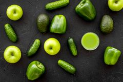 Greeny koktajli/lów składniki Sprawności fizycznej smoothie Ogórek, pieprz, jabłko na czarnej tło odgórnego widoku przestrzeni dl Obraz Stock