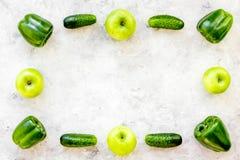Greeny koktajli/lów składniki Sprawności fizycznej smoothie Ogórek, pieprz, jabłko na kamiennej tło odgórnego widoku przestrzeni  Zdjęcie Royalty Free