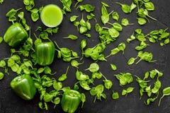Greeny koktajli/lów składniki Sprawności fizycznej smoothie Pieprzy, celeriac na czarnej tło odgórnego widoku przestrzeni dla tek Obraz Royalty Free